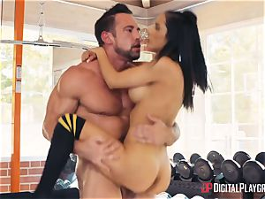 sport coach Johnny Castle and his fresh student Tia Cyrus