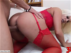 towheaded Britney Amber with bouncy boobies inhales a yam-sized rod