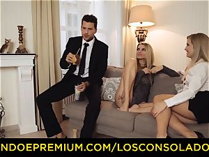 LOS CONSOLADORES - bouncy arse chick fucks beau and gf